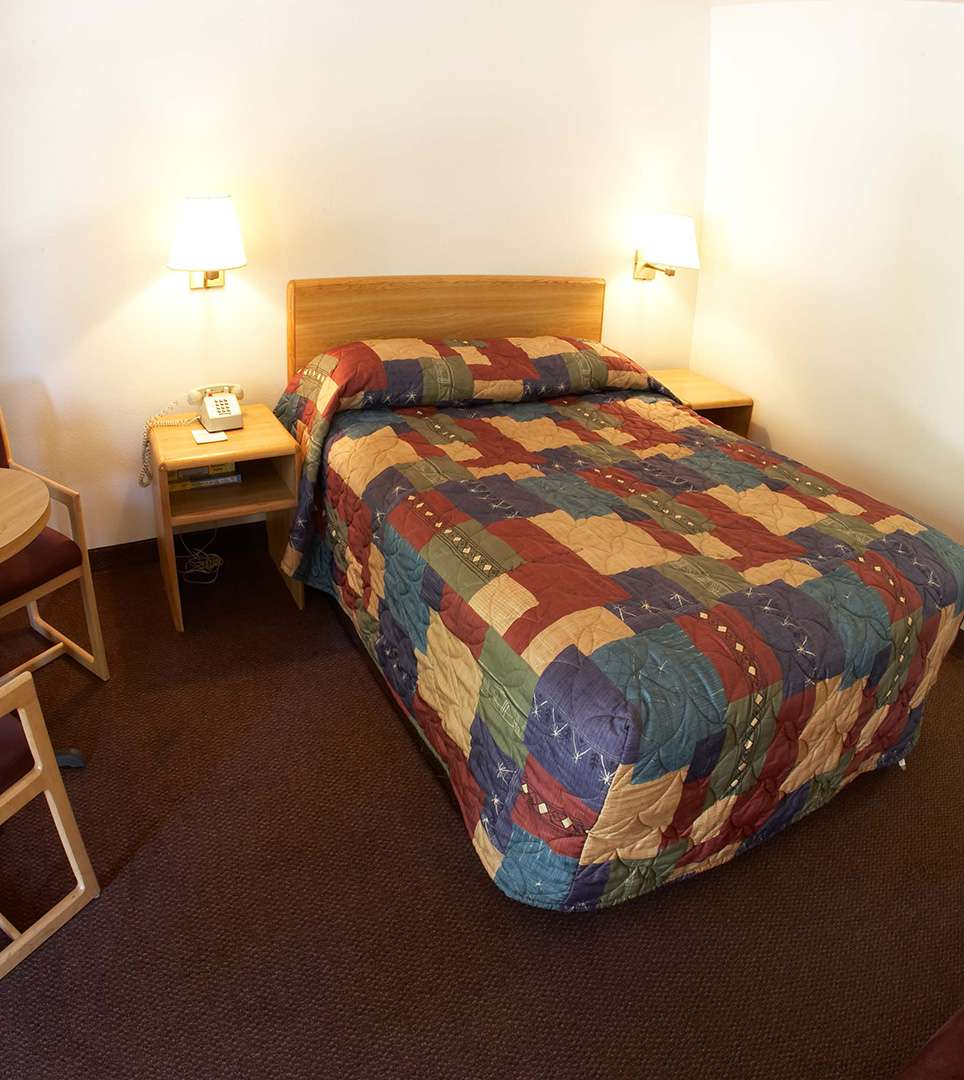 WELL-APPOINTED GUESTROOMS FOR BUSINESS AND LEISURE TRAVEL AT  E-Z 8 Motel Phoenix Airporter