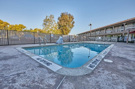 Welcome To Premier Inns Concord - Pool Area